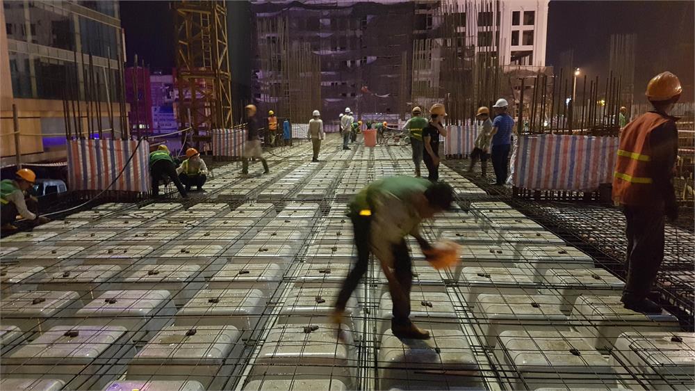 Đến tối muộn các công nhân vẫn gấp rút hoàn thiện đăt cốt thép chuẩn bị đổ bê tông